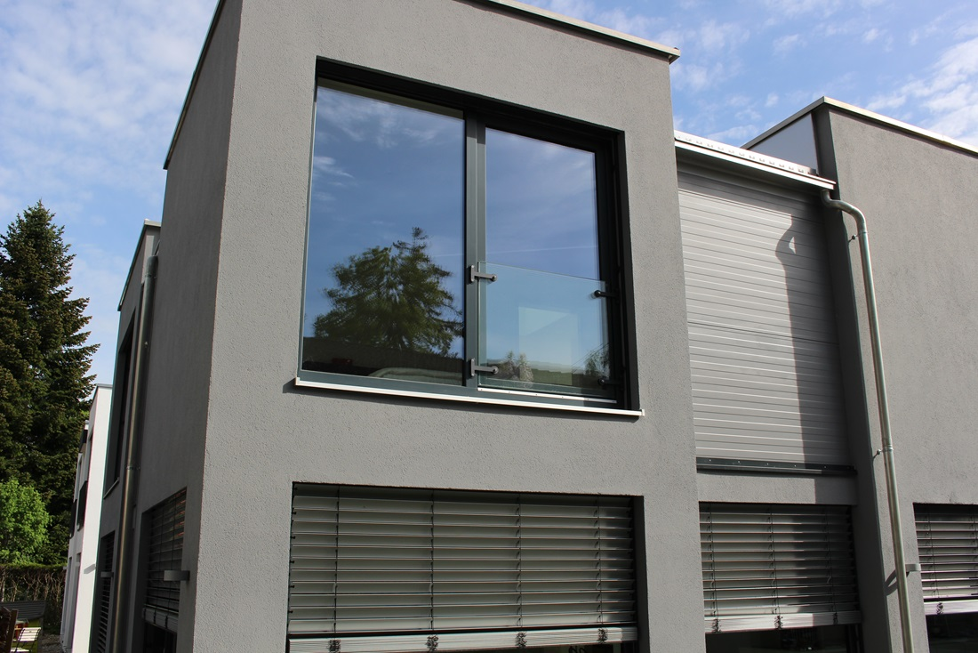 gel ndersysteme aus glas aluminium und edelstahl. Black Bedroom Furniture Sets. Home Design Ideas